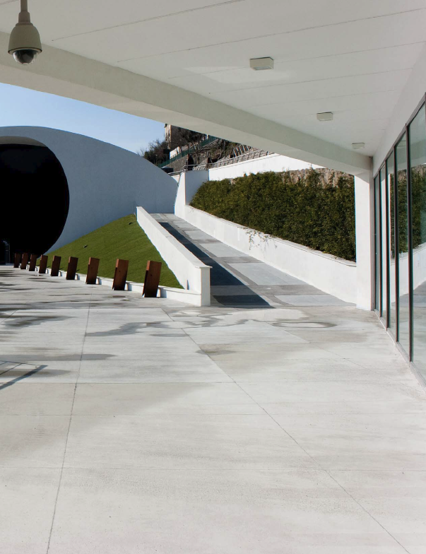 Niemeyer didn't want to build an expensive project that would require unnecessary earthmoving, so he decided to build the parterre (the seating area at the rear of the theater's main floor) exactly according to the existing slope.