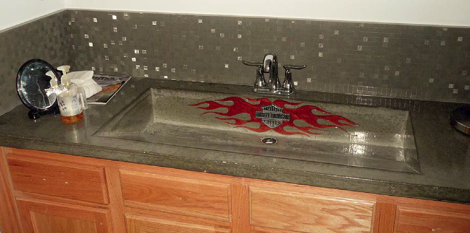 The backsplash of this concrete counterop has been formed with Preitech casting mat.