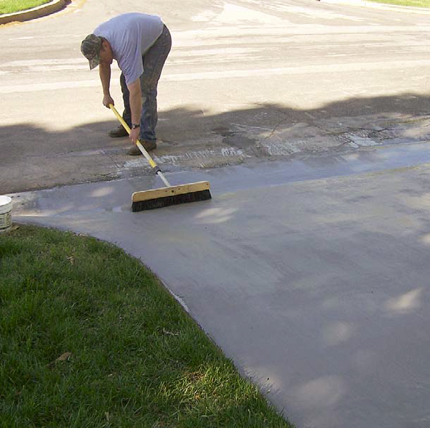 Contractor spreads the overlay mixed with PVA fibers.