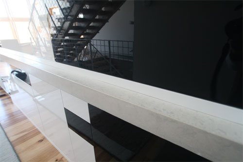 The surroundings of the house are either black, white or natural wood, and these white tops are simple, yet massive, so their form is far more dramatic than anything else.