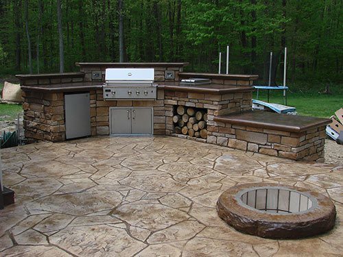 Outdoor kitchens are a popular request no matter where you live, but typically when you read a book or see a television show featuring outdoor kitchens, the contractor is doing them in a warm climate.