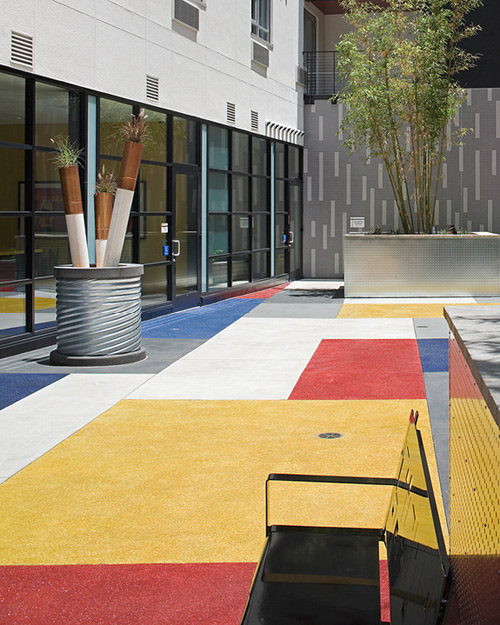 T B Penick Sons Inc Created This Vibrant San Go Courtyard With The Help Of