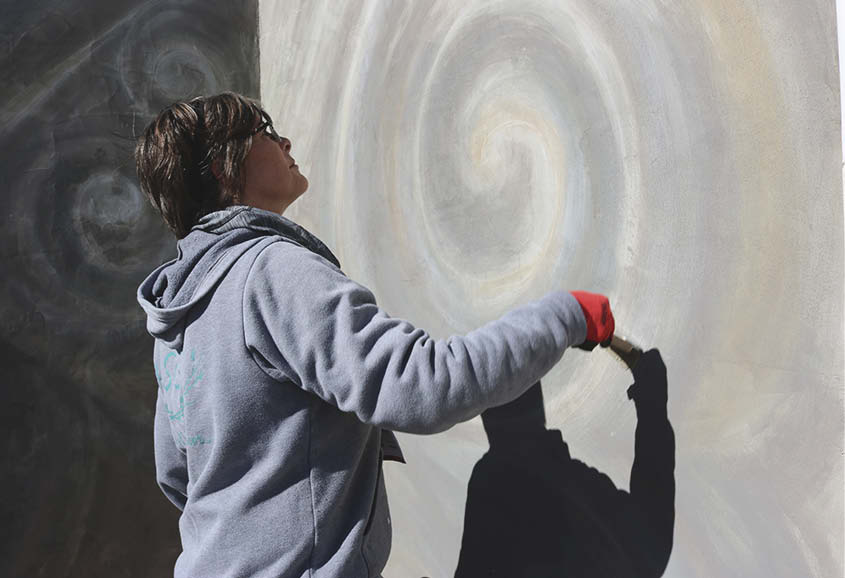 Cindee Lundin creates a swirl backdrop for her artwork.