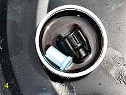 Clean the fan tip of the pump sprayer by soaking the tip and retainer in the cleaning solution.